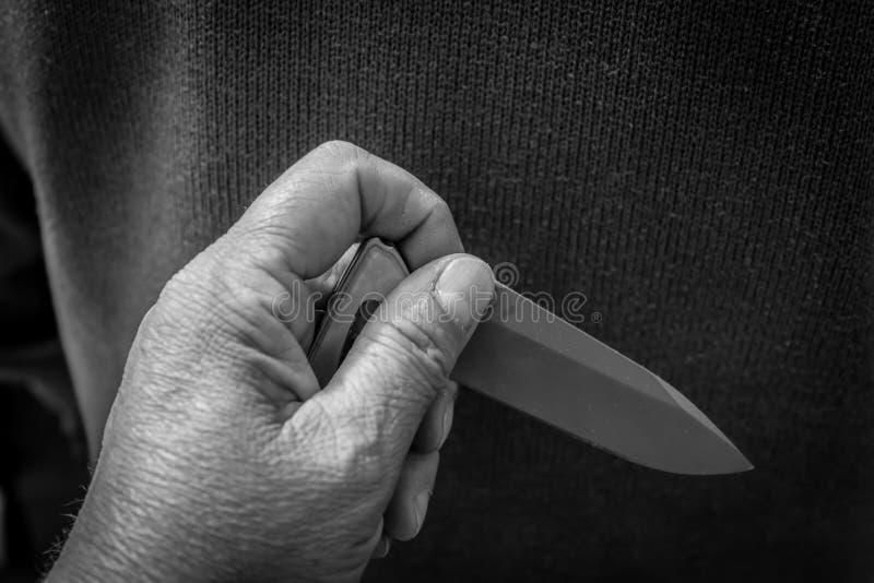 Un coltello a serramanico tagliente dietro alla a equipaggia la parte posteriore fotografie stock libere da diritti
