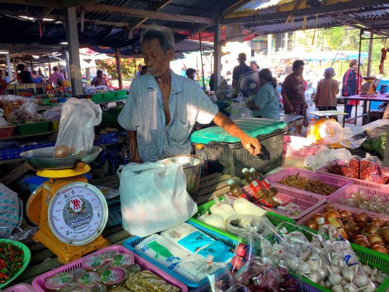 Un commerciante maschio locale della cipolla e dell'aglio al mercato locale i di Hua Hin immagini stock libere da diritti