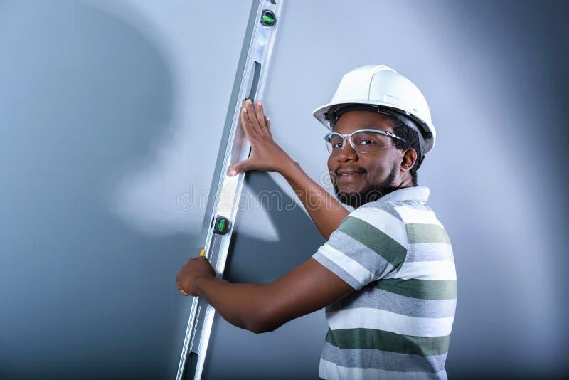 Un commerciante sorridente sul lavoro immagine stock libera da diritti