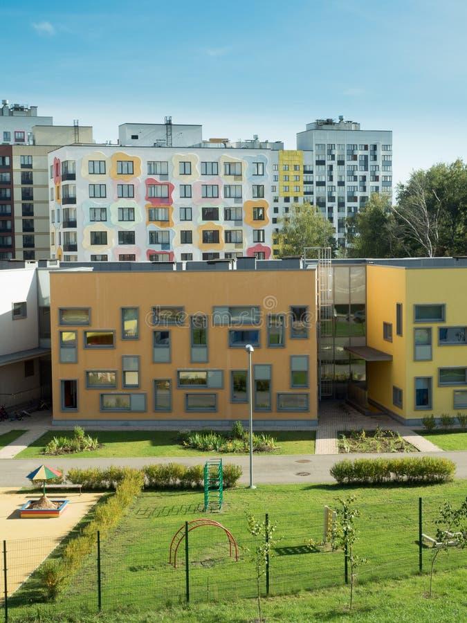 Un complejo residencial moderno kindergarten foto de archivo