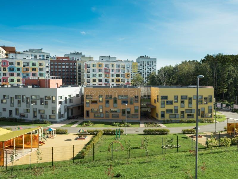 Un complejo residencial moderno kindergarten imagen de archivo