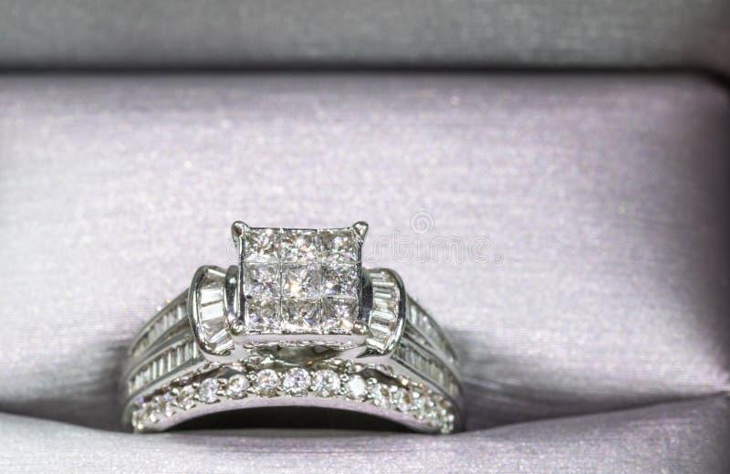 Un compromiso del diamante suene en una caja con destello/la reflexión Diamantes brillantes del princesa-corte fotografía de archivo libre de regalías