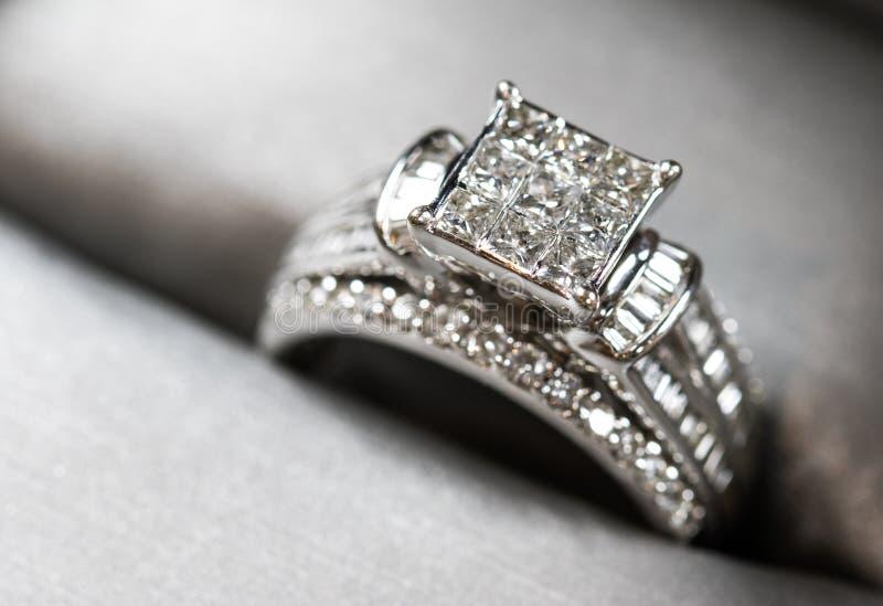 Un compromiso del diamante suene en una caja con destello/la reflexión Diamantes brillantes del princesa-corte fotos de archivo