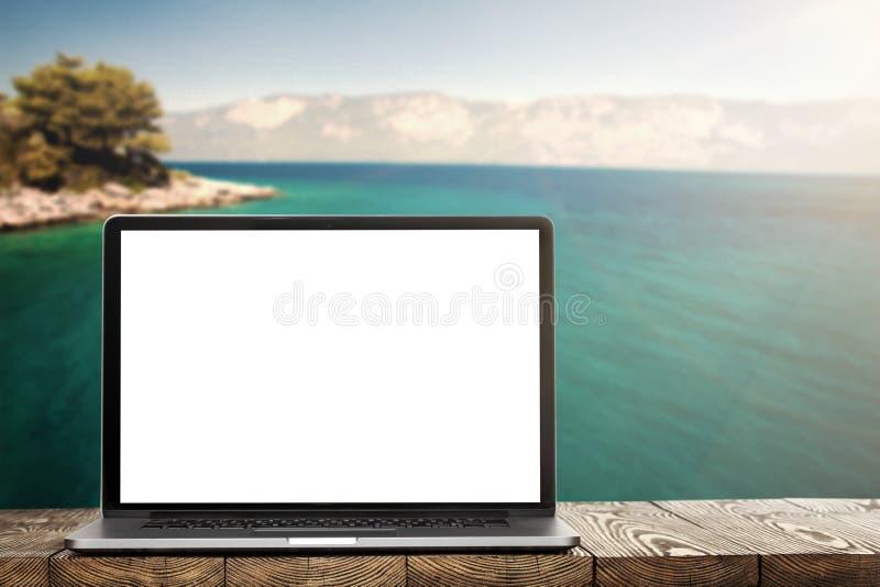 Un computer portatile sul piede immagine stock