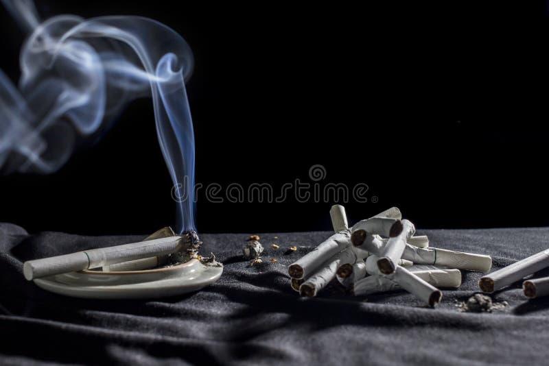 Un concept de cigarettes de fumée de blanc s'abstiennent du tabagisme Sur le fond noir photo libre de droits