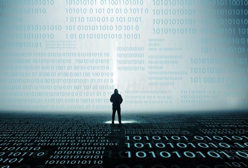 Un concepto digital del código de una figura encapuchada solitaria que mira números en una noche brumosa imagenes de archivo