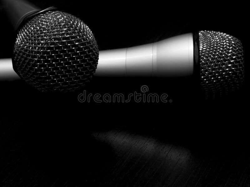 Un concetto in bianco e nero di due microfoni fotografia stock libera da diritti