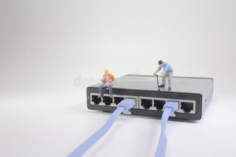 un concetto della connessione di rete con la piccola figura fotografie stock libere da diritti