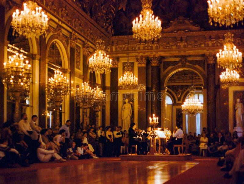 Un concierto de la luz de la vela en el palacio de Pfaueninsel en Berlín fotos de archivo