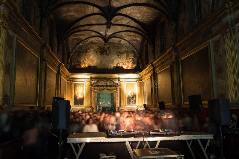 Un concierto de la música electrónica, llevado a cabo en una capilla, en Toulouse, Francia foto de archivo libre de regalías