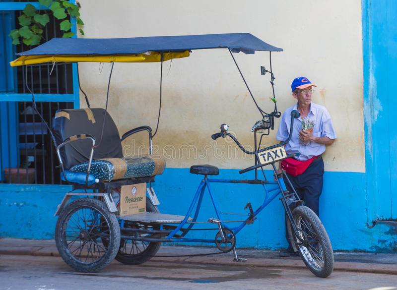 Un conducteur cubain de pousse-pousse images stock