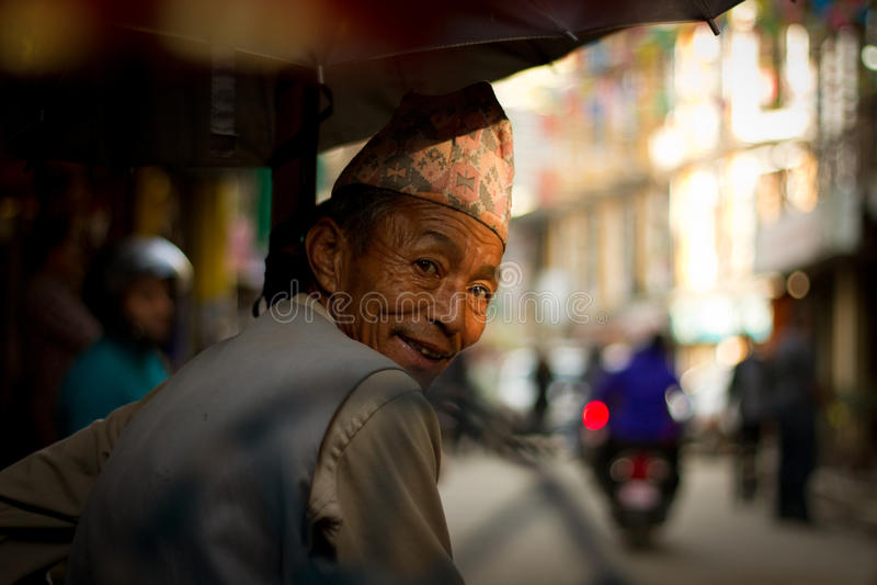 Un conducteur de pousse-pousse sur les rues de Katmandou, Népal images libres de droits