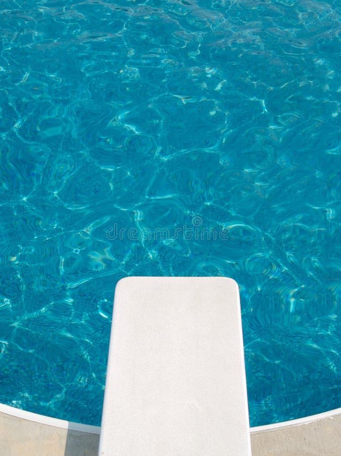 Un conseil de plongée par la piscine photo stock
