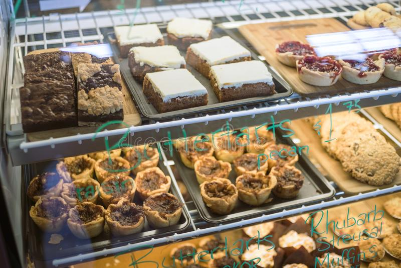 Un contenitore per esposizione in pieno dei dessert e delle pasticcerie fotografie stock libere da diritti