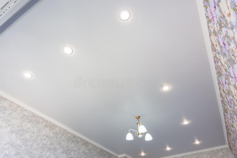 Un contour d'un plafond de bout droit dans une chambre avec un lustre et des projecteurs image stock