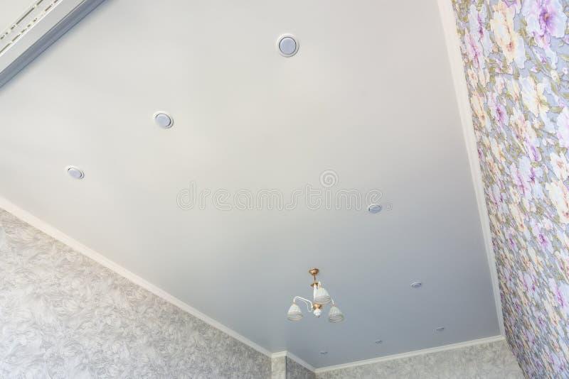 Un contour d'un plafond de bout droit dans une chambre avec un lustre et des projecteurs, avec la lumi?re naturelle photo stock
