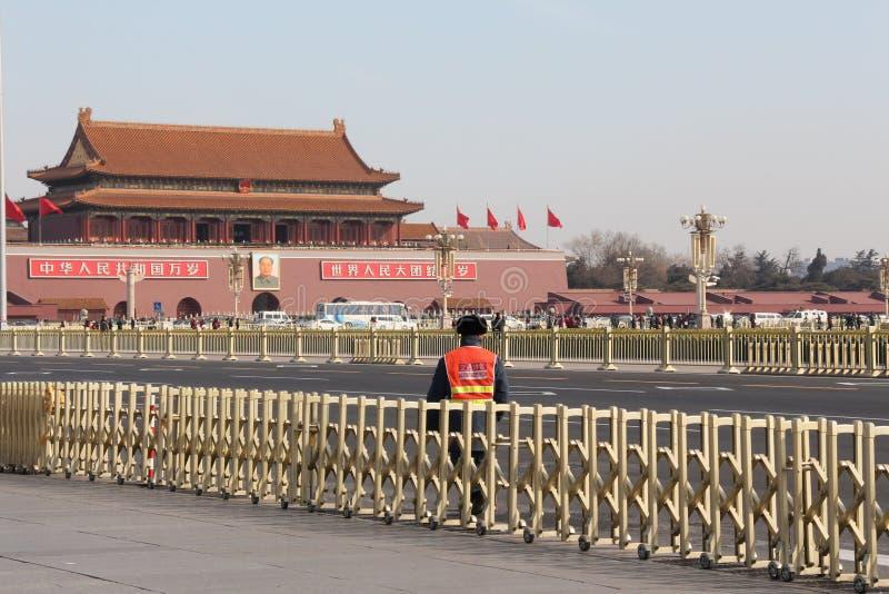 Un contrôleur du trafic sur la Place Tiananmen photo libre de droits