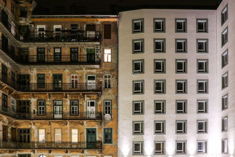 Un contraste entre dos casas imagenes de archivo