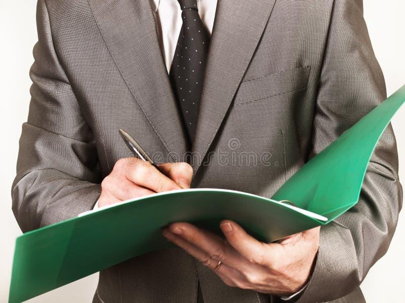 Un contratto di firma dell'uomo d'affari con una penna immagine stock libera da diritti
