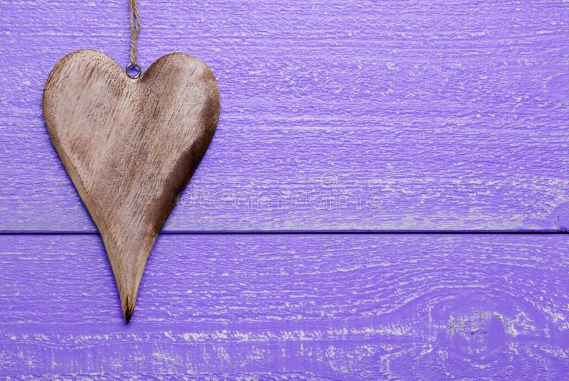 Un corazón con el espacio de la copia, fondo de madera púrpura imagen de archivo libre de regalías