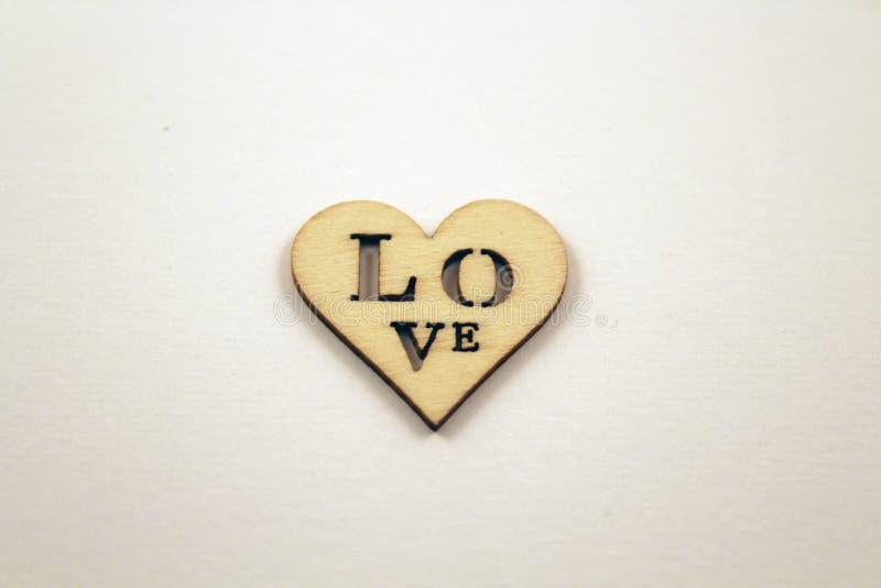 Un corazón de madera del AMOR en el fondo blanco fotos de archivo libres de regalías