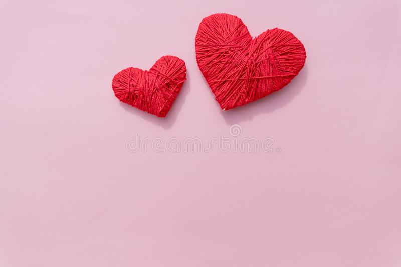 Un corazón rojo orgánico hecho a ganchillo hecho a mano de las lanas la bola del hilado de dos rojos le gusta un corazón en el fo foto de archivo libre de regalías
