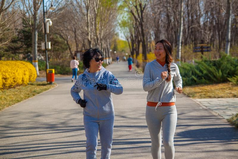 Un corredor de la familia, de la madre y de la hija al aire libre fotografía de archivo libre de regalías