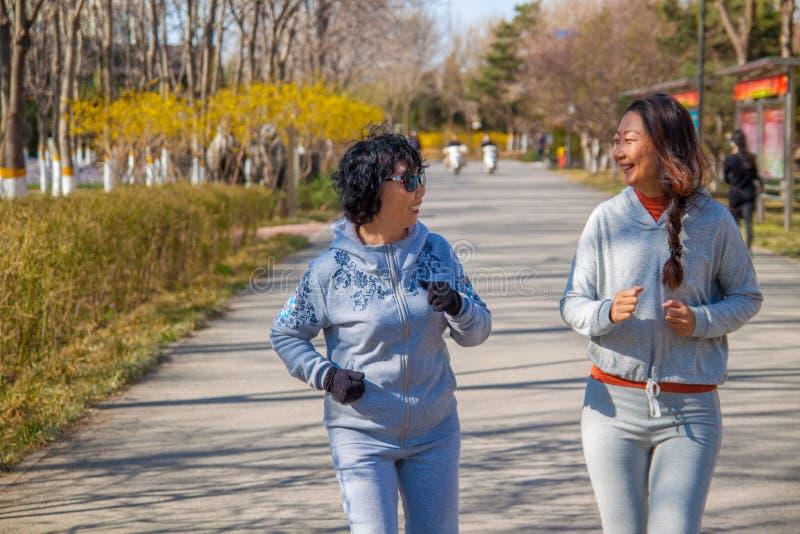 Un corredor de la familia, de la madre y de la hija al aire libre fotografía de archivo