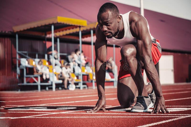 Un corredor hermoso del hombre negro al principio foto de archivo libre de regalías