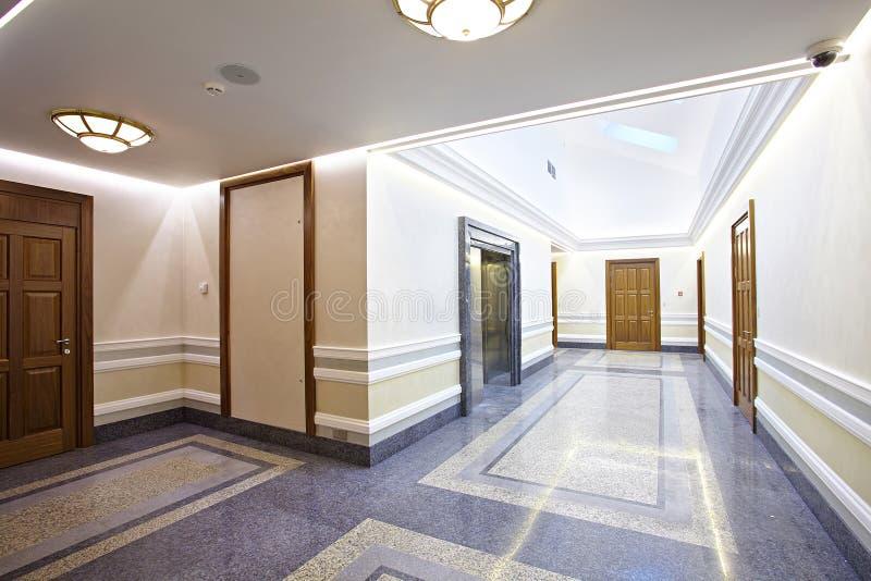 Un corridoio dell'elevatore nella costruzione moderna fotografia stock libera da diritti
