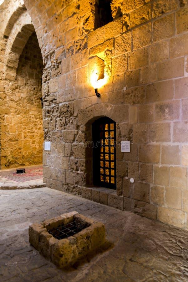 Un corridoio interno e una precedente porta della cella di prigione in Pafo fortificano fotografia stock libera da diritti