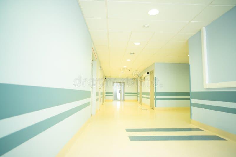 Un corridoio leggero lungo in un ospedale moderno immagini stock libere da diritti