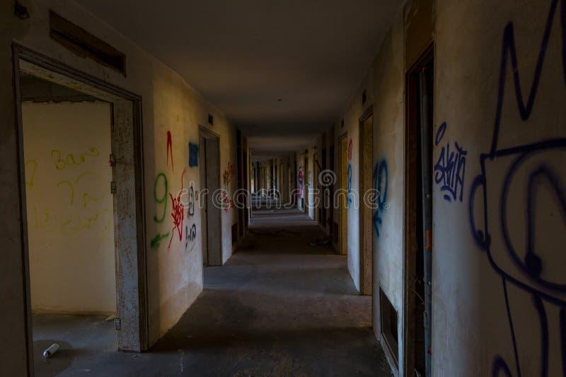 Un corridoio spettrale in un hotel abbandonato fotografia stock libera da diritti
