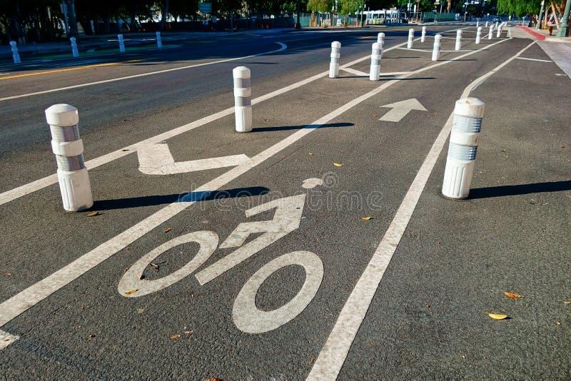 Un corte protegido pozo del carril de la bici a través de la ciudad imagen de archivo libre de regalías