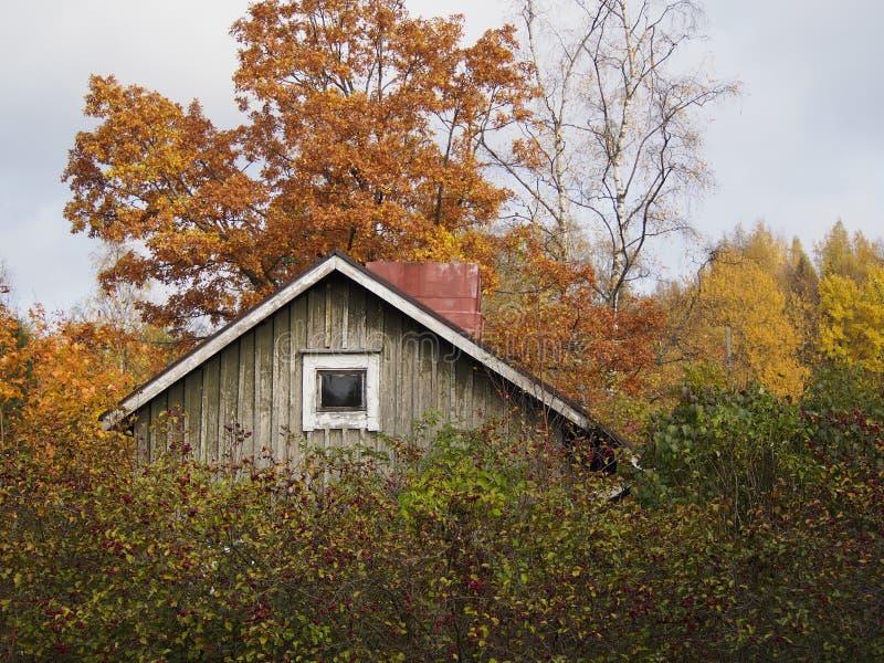 Un cottage in autunno immagini stock libere da diritti