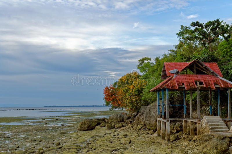 Un cottage ruiné d'une station de vacances abandonnée photographie stock