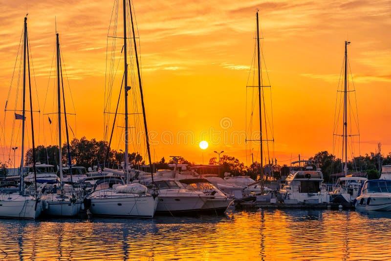 Un coucher du soleil étonnant de la marina photo stock