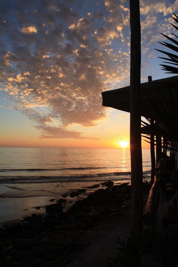 Un coucher du soleil étonnant tout en buvant du café images libres de droits