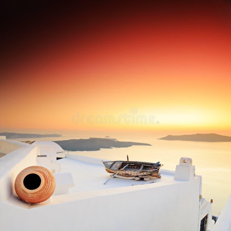 Un coucher du soleil au-dessus d'île de Santorini photographie stock libre de droits