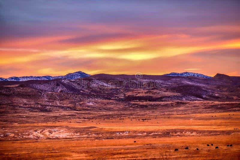 Un coucher du soleil au-dessus des montagnes photo libre de droits