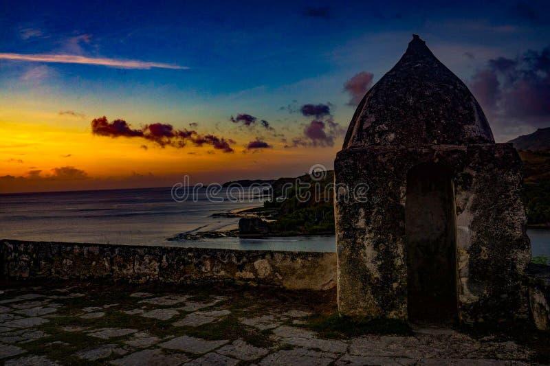 Un coucher du soleil au-dessus du fort images stock