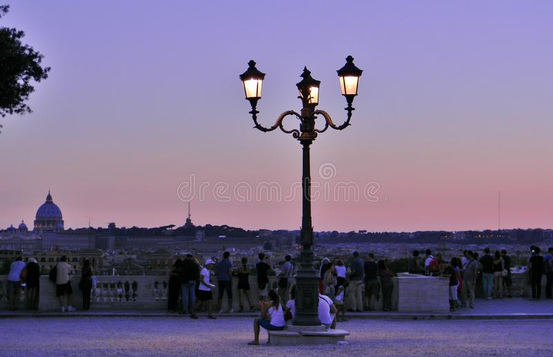 Un coucher du soleil chez Borghese Ville à Rome contemplé par des personnes photo libre de droits