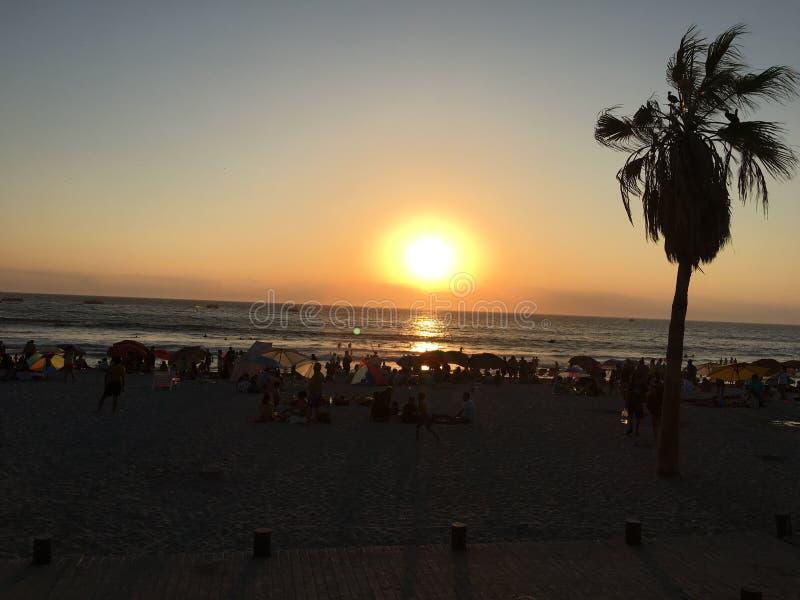 Un coucher du soleil d'été dans l'iquique photos libres de droits