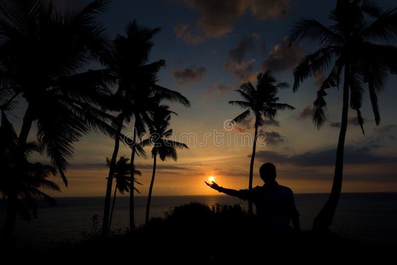 Un coucher du soleil dans ma main, île Indonésie de Lombok image libre de droits