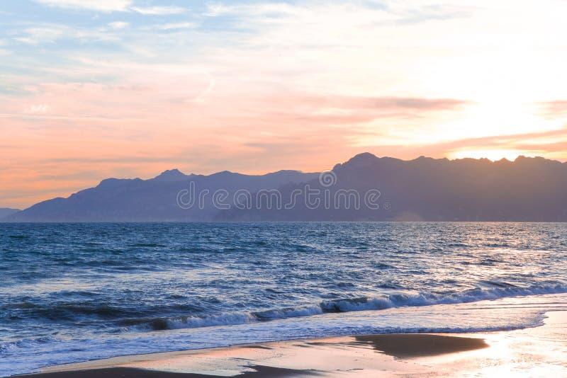 Un coucher du soleil de plage au-dessus de côte d'Amalfi en mer de l'Italie et du Mediteranian en été photographie stock