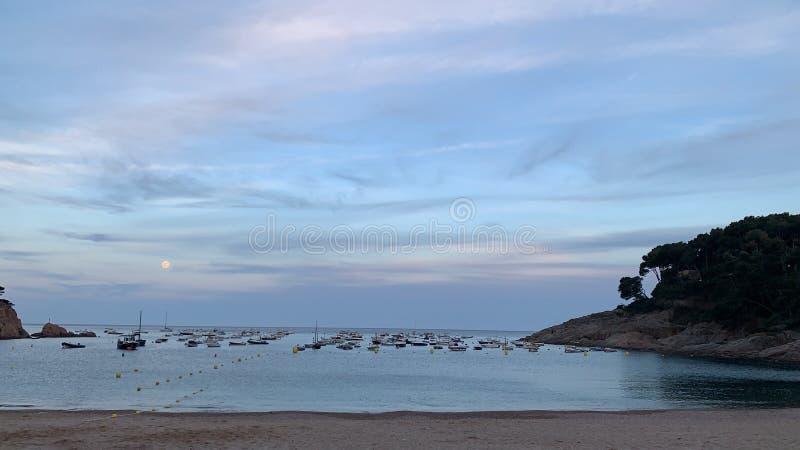 Un coucher du soleil méditerranéen complètement des bateaux photo libre de droits