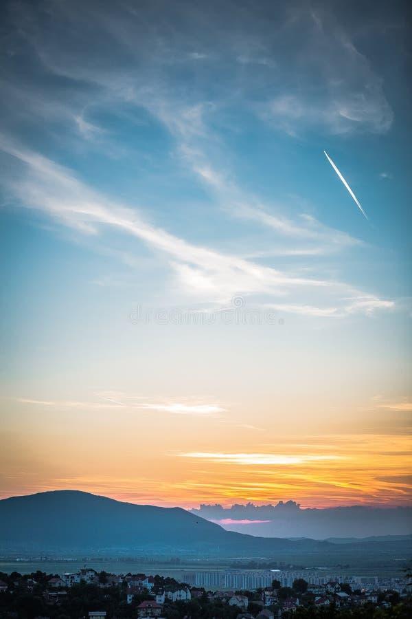 Un coucher du soleil merveilleux au-dessus de la Transylvanie photo stock