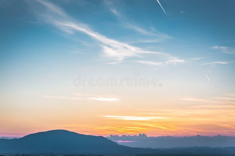 Un coucher du soleil merveilleux d'été au-dessus de la Transylvanie photo stock