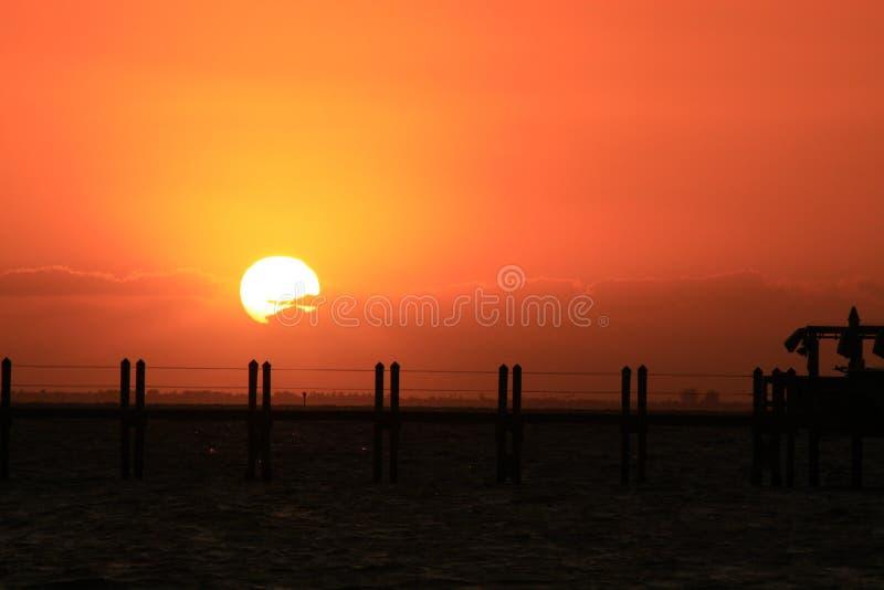 Un coucher du soleil multicolore d'?le imminente images stock