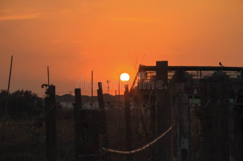 Un coucher du soleil orange image libre de droits